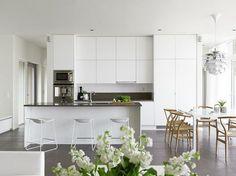 Cozinha americana branca clean decorada com piso de cimento queimado