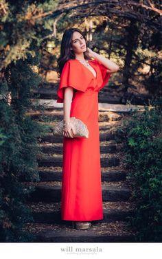 La blogger Amimera con vestido largo rojo con capa para invitada sin  espalda - Alquiler de vestidos y accesorios - Invitada perfecta - Dresseos .com 6d5665bb9816