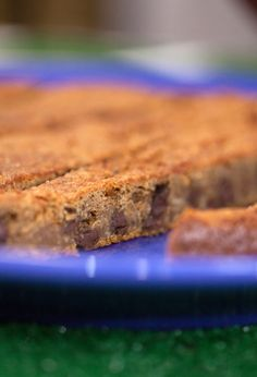 This vegan chocolate chip cookie cake is egg-free. You can make it just one hour and it stays for up to two days. It& a delicious dessert recipe. Healthy Desserts, Delicious Desserts, Dessert Recipes, Vegan Chocolate Chip Cookies, Cake Tasting, Round Cake Pans, Egg Free, Vegan Recipes, Vegan Food