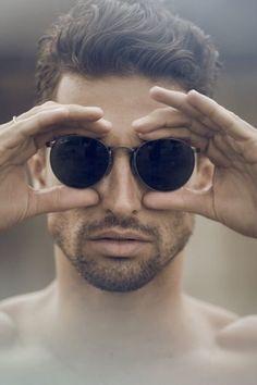 デカフレームサングラスが古びた裏街に似合う!|男性向けメガネ&サングラスコレクション日記