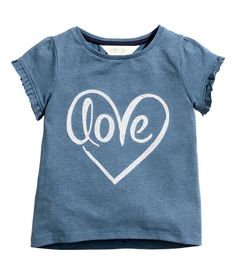 Top in cotton jersey with a motif on the front and short, frill-trimmed puff sleeves. Slightly longer at the back. Kids Outfits Girls, Girl Outfits, Stylish Toddler Girl, Best Friend Shirts, Painted Clothes, Girls Blouse, Clothes Crafts, Kids Prints, Love T Shirt