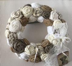 Diy Spring Wreath, Diy Wreath, Burlap Wreath, Xmas Crafts, Diy Crafts, Wooden Bookcase, Shabby Chic Crafts, Rope Shelves, Textiles