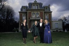 Francis Apesteguy / Getty Images Cette photo a été prise le 7 mars 1988, à Saint-Cloud, dans le demeure de Jean-Marie Le Pen. Marine Le Pen pose en robe de soirée (à droite) avec son père et ses deux sœurs.