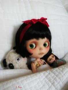 This little Blythe doll is so cute. I want one but they are so expensive.