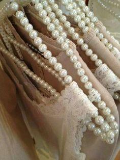 ⚜ Pearl Hangers