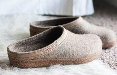 Tofflor och inneskor är fotriktiga skor som ger dig och dina fötter komfort och stötdämpning. Tofflor passar även perfekt som en skön in