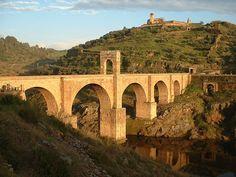 El Pont d'Alcántara és un pont romà en forma d'arc construït entre 104 i 106, que creua el riu Tajo a la localitat de Càceres de Alcántara.Consta de 6 arcs de desigual altura, els quals descansen en cinc pilars al seu torn a diferents altures sobre el terreny de roca aplanada de pissarra.