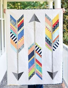 modern quilting designs Forget old lady quilting stereotypes. Nowadays, these blankets are all kinds of hip, quirky, and modern ideal for snuggling or decorating a wall. Drunkards Path Quilt, Modern Quilting Designs, Modern Quilt Patterns, Patchwork Patterns, Modern Quilt Blocks, Quilt Baby, Quilt Festival, Flying Geese, Geometric Patterns