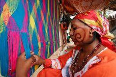 Admiramos a la mujer trabajadora, esa que transmite emoción y color en cada una de sus piezas. Mujer Wayuu.