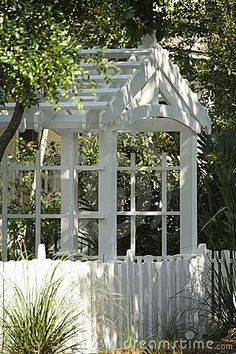 love it i want this for back yard leading to my side yard. maybe my hubby can build it :)