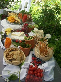 Ideas For Party Food Display Ideas Buffet Tables Wedding Catering Outdoor Buffet Tables, Buffet Table Settings, Snack Tables, Outdoor Table Settings, Wedding Buffet Food, Wedding Reception Food, Food Buffet, Wedding Picnic, Wedding Foods