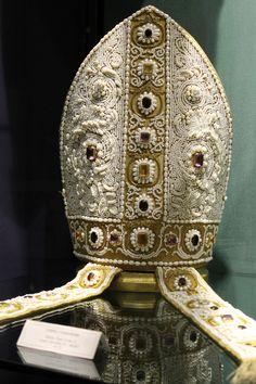 echiromani: A mitra preciosa du 15ème siècle qui a été commandé par le pape Léon X. Du trésor de Montecassino.