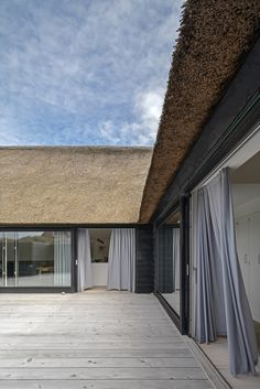 Rønns Sommerhus | Praksis Arkitekter House In Nature, House In The Woods, Roof Architecture, Architecture Details, Facade Design, House Design, Contemporary Barn, Modernisme, Weekend House