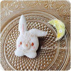 《新作》月に恋する白ウサギ    真っ白いウサギは  窓辺から三日月を見上げます  いつもキラキラ輝いて夜空に浮かんでいる月  「お月様こんばんは  今夜もきれいね」  ウサギはうっとり  ため息がこぼれそう    そんなストーリーが展開しているかもしれないブローチ    フェルト生地に刺繍を施したほっこり暖かい雰囲気白ウサギ  刺繍糸とスパンコールでキラキラの三日月  2つの違った雰囲気を楽しめるセットブローチです。    来月のクリエイターズマーケットに連れて行きます(*^^*) #絵本みたいな刺繍アクセサリー #コハナメイド #刺しゅう #ウサギ #三日月 #ブローチ #ハンドメイド