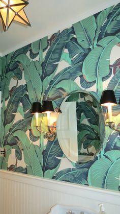 42 trendy ideas for wallpaper bathroom ideas banana leaves Tropical Bathroom, Coastal Bathrooms, Tropical Decor, Bathroom Wallpaper, Print Wallpaper, Interior Exterior, Interior Design, Wall Design, House Design