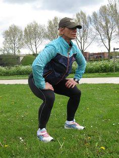 mulher fazendo exercício de agachamento