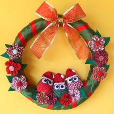 Guirlanda de Natal com corujinhas e flores feitas em tecido. Tamanho médio, 33 cm de diâmetro. R$54,00