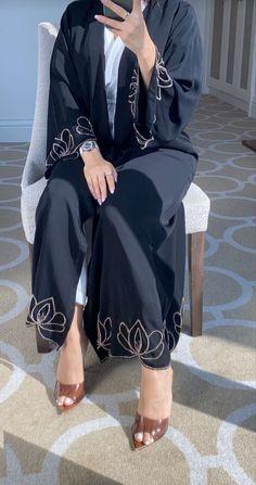 Niqab Fashion, Modesty Fashion, Fashion Outfits, Mode Abaya, Mode Hijab, Islamic Fashion, Muslim Fashion, Velvet Dress Designs, Hijab Fashionista
