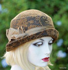 Sombrero cloche de 1920 en una tela de tapicería con textura me con un  estampado floral 029dc0b5242