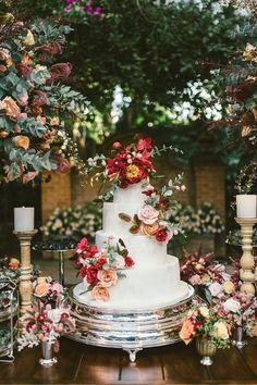 Fábio Borgatto e Telma Hayashi é quem assina esta decoração de casamento. Na cerimônia, arranjos coloridos, e na festa em tons de rosa e pêssego