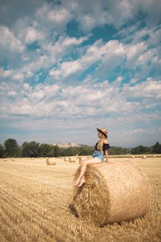 18 Photos To Inspire You To Visit Valensole, France Model Poses Photography, Creative Photography, Photography Lighting, Picture Poses, Photo Poses, Photo Shoot, Wallpaper Sky, Shotting Photo, Valensole