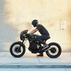 Mike over at Chicago's @federalmotous sure knows how to draw us in. Another stunning build for @federalmoto's Southern Brethren in the form of this BMW R100 cafe racer. @danielpeterphoto #caferacer #caferacerporn #builtnotbought