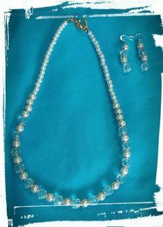 Juego de gargantilla y aretes en perla blanca y cristal transparente con detalles dorados