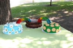 Cakes for joint bridging ceremony.Daisy (real daisies) to Brownie (brownie bites) to Juniors (Trefoils). Bridges are plastic cake decorations wrapped with Fruit Roll-ups. Girl Scout Swap, Girl Scout Leader, Girl Scout Troop, Boy Scouts, Girl Scout Bridging, Daisy Wedding, Daisy Girl Scouts, Brownie Girl Scouts, Girl Scout Crafts