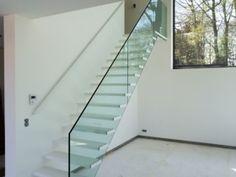 Open trap met stalen leuning en glazen balustrade. Model Wallclimber van het Belgische merk Genico.