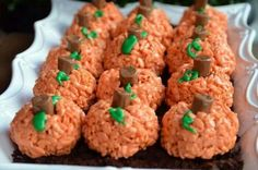 Perfect for preschool snack! Cute and Easy: Rice Krispie Pumpkins. Make regular rice krispies and add red and yellow food coloring for orange. Form into balls, add a tootsie roll for a stem and pipe green icing on for leaves. Pumpkin Rice Krispie Treats, Rice Crispy Treats, Rice Krispie Pumpkins, Yummy Treats, Hallowen Food, Halloween Treats, Halloween Party, Halloween Goodies, Homemade Halloween
