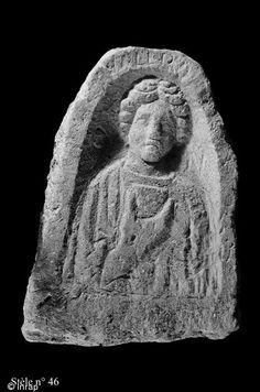 """Stèle funéraire gallo-romaine en grès (hauteur 70 cm, largeur 51 cm), première moitié du IIe s. de notre ère, nécropole de Pont-l'Évêque, Autun (Saone et Loire) Le nom de la défunte est inscrit en haut de la stèle: Valer(i)a. De part et d'autre de son visage on peut lire les lettres D et M, correspondant à Diis Manibus (""""Aux dieux mânes""""), formule appelant à la bienveillance des ancêtes..."""