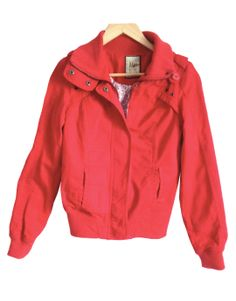 Cazadora roja de algodón Pull and Bear 25.00€