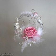 Vous pourrez conserver votre porte-alliances, souvenir de votre mariage, pendant des années avec cette création artisanale unique en fleur naturelle stabilisée