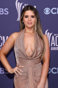 Maren Morris Wore Makeup Under $20 at the 2021 ACM Awards Celebrity Red Carpet, Celebrity Beauty, Rose Gold Gown, Sexy Vintage Dresses, American Country Music Awards, Bronze Makeup Look, Post Pregnancy Body, Maren Morris, Beauty Awards