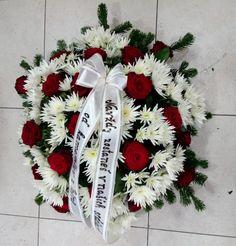 Smútočný veniec červeno biely  Krásny mnohokvetý okrúhly veniec z Červených ruží a Chryzantém . Priemer venca volitelný .  Základná cena 60 cm. Cena je vrátane doručenia v Bratislave na adresu bytovú ako aj na cintorín V cene je aj smútočná stuha s textom podla Vášho želania.  #smútočný #veniec #wreath #funeral #okrúhly #chryzantémy #červené #ruže #red #roses #živý