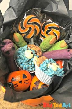 Easy Halloween Party Food to host a Halloween Tea Party - Red Ted Art Halloween Celebration, Halloween Food For Party, Halloween Movies, Easy Halloween, Halloween Treats, Stick Spider, Spider Cupcakes, Easy Treats To Make, Cupcake Day
