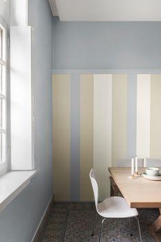 El estilo nórdico es originario de Noruega, Suecia y Dinamarca, y es considerado uno de los más populares del mundo. También llamado escandinavo, este estilo es sencillo, funcional y cómodo. La idea principal de este tipo de decoración es no llenar el espacio de piezas sin uso. Combina varios tonos neutros y realiza una pared de rayas. El resultado impresiona.