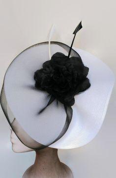 Tocado blanco y negro para bodas. Es un tocado grande muy elegante. La base del tocado de boda es blanca y va envuelta con un velo negro y decorado con