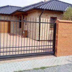 Posuvná samonosná brána - realizace Brno Deck, Outdoor Decor, Home Decor, Pictures, Front Porches, Interior Design, Home Interiors, Decoration Home, Decor