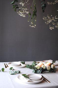 Tischlein #interior #einrichtung #einrichtungsideen #blumen #deko #decoration #dekoration #flowers #eukalyptus #white #green #tischdeko Foto: Petit Sourire