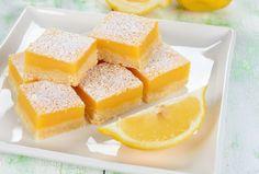 Préparation : 1. Préchauffez le four à 180°C. Beurrez un moule d'environ 25 x 25cm. 2.Fouettez le beurre et le sucre glace jusqu'à l'obtention d'une pâtelisse, puis incorp…