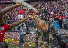 23.05 Douche de bière pour l'entraîneur du Bayern Munich Guardiola, lors du dernier match de la saison.Photo: AFP/Marc MÜller