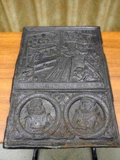 Antieke haardplaat met een tafereel van een man en een vrouw, dit in een medaillon.