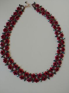 "Best 11 They call it ""Spring Flowers"" – I call it ""Christmas Flowers"" ~ Seed Bead Tutorials – SkillOfKing. Metal Necklaces, Handmade Necklaces, Handmade Jewelry, Beaded Jewelry Patterns, Beading Patterns, Diy Necklace, Necklace Designs, Bead Jewellery, Jewelery"