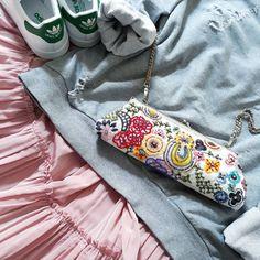 Dnešní kontrasty a kabelka jako šperk. Today's contrasts and handbag like a jewel. #bigsizehoodie #aliceabraham #addidas #stansmith #dnesnosim #ootd #comfortably #grey #oldpink #mmstudiostyling
