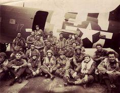 Chalk 17 pose avant leur départ en Normandie. Cette image montre des parachutistes et pilotes américains de l'équipe 2 des Pathfinders, du 508th Parachute Infantry Regiment de la 82nd Airborne Division, le soir du 5 juin 1944 Peu de temps avant leur départ pour la France.   Aircraft #42-93096, un Douglas C-47A qui est dans la collection du National WWII Museum.