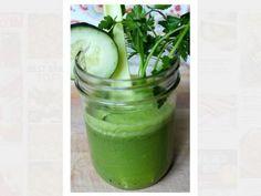 Zitrone, Ingwer und Wasser machen mit Gurke einen einfachen Gurkendrink mit Suchtpotenzial.