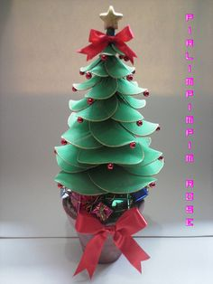 Árvore de Natal How To Make Christmas Tree, Christmas Crafts, Merry Christmas, Christmas Decorations, Christmas Ornaments, Holiday Decor, Nylon Crafts, Nylon Flowers, Ornament Tutorial