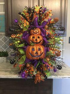 Creative DIY Halloween Wreath Design For The Thriller Night - Wreath Ideen Spooky Halloween, Halloween Mesh Wreaths, Fete Halloween, Diy Halloween Decorations, Holidays Halloween, Holiday Wreaths, Halloween Crafts, Holiday Crafts, Christmas Diy