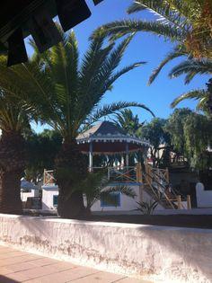 PLAZA DE COSTA TEGUISE. MERCADILLO LOS VIERNES Lanzarote Costa Teguise, Plaza, Four Square, Mansions, House Styles, Outdoor Decor, Friday, Manor Houses, Villas